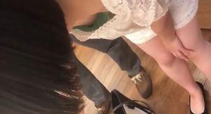【素人胸ちら】前かかがみになった女の子の服の隙間から見える2つのプックラとした膨らみ