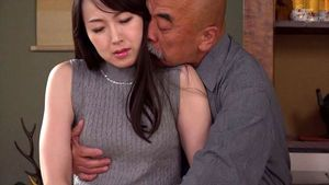 義父と嫁、密着中出し交尾