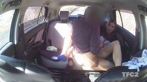 【個人撮影】車内ハメ撮り 「顔はダメですよ!w」ヤンママさんと真っ昼間から車内で生SEX!生挿入外だしでたっぷり射精!