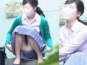 街で無邪気にくつろぐ女の子の隙だらけのパンティを容赦なく撮影してみた 座りパンチラ
