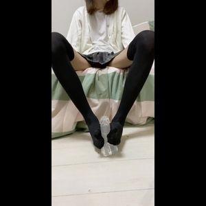 【おちんぽ経験】の無さそうな女子大生がお部屋で足コキの練習