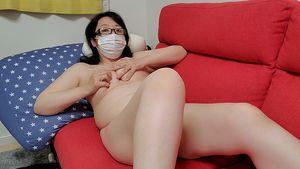 ?愛華の個人撮影?昼間からソファーで足をひろげオマンコ濡らしてオナニーする人妻