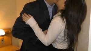 【個人撮影】会社お抱えの25歳保険外交員 オヤジの泣きの一発で、中出し