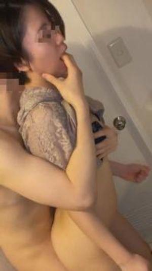 【個人】新居の洗面所で後ろから汚され、リビングで再び犯され中出しされる新妻