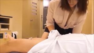 【無】女性マッサージ師が雰囲気にのまれてゆく一部始終