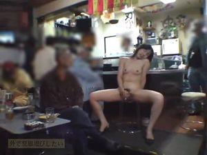 【本編顔出し】元公務員の人妻が女性店長の飲食店で大勢の一般人に見られながら本気オナニーをする