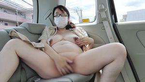 ?愛華の個人撮影?車の中でオナニー中に知らないおじさんにのぞき込まれながらオナニーする変態人妻