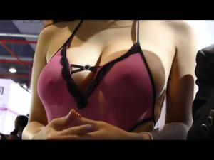乳輪までくっきり透けている胸チラキャンギャル 。胸ちら 透け乳首