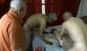 【個人撮影】【無】中国の70歳のお爺ちゃん3人が五十路のぽっちゃり熟女と乱交生ハメ中出しをハメ撮り!