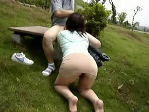 【性癖・露出・他人妻】人の妻と昼の公園で露出散歩