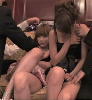 【無】VIPルームの密室で男4人がかりで2人の極嬢をまワす