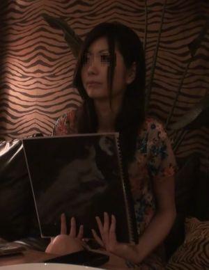 【無】密室でツアコン女をヤろうとしたら既に糸引きマンコだった