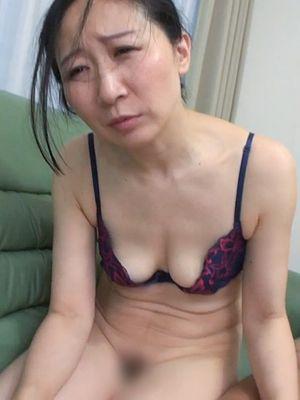 【熟女】困り顔の5○歳、スレンダー垂れ乳奥さん 徐々にヒートアップしていくSEXで潮○き絶頂【高画質】