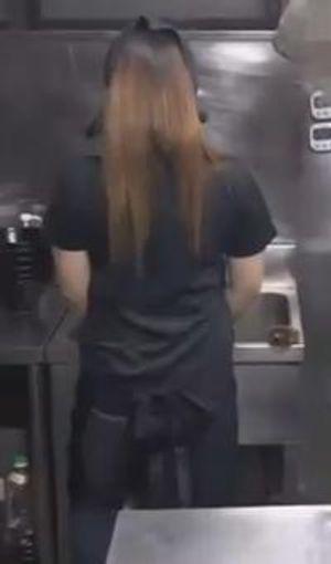 【人妻ハメ撮り】バイト先のGカップ人妻と厨房で3pしてしまいました