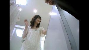 ハイレベルなショップ店員のスカート内は・・・ 超高画質でパンチラくっきり!!