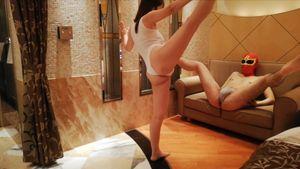 新体操経験者の巨乳美女が初体験の金蹴りに大興奮!