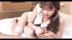 【巨乳】柔らかそうな小さい手でオチンポなぶる女の子