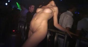 美女たちがディスコで全裸ダンス!