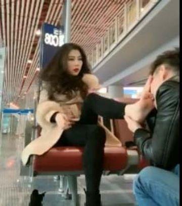 空港で足を舐める