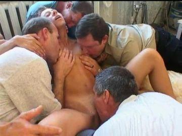 飢えた男たちに群がられ輪姦される人妻・素人人妻を労働者に提供