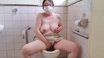 ?愛華の個人撮影?ノーブラで公園を散歩した後に多目的トイレでオナニーする人妻