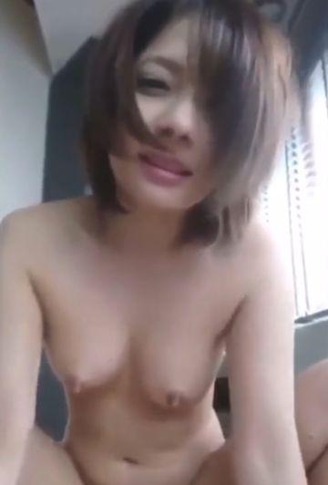 美少女すぎるショートカットの女の子が騎乗位でカメラ目線のセックス個撮!