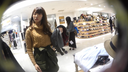 ショッピングモールの女性がスカートの下を歩いていた。