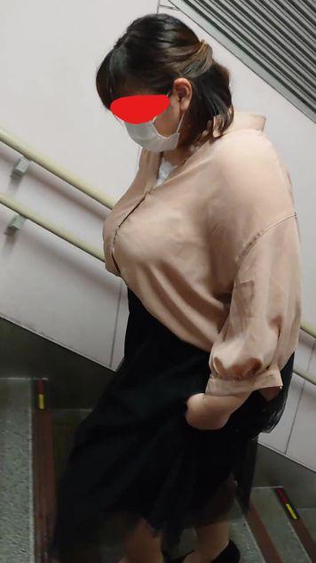 規格外のぽっちゃり超乳!!足元が全く見えない超ドデカパイがゆっさゆさ(街撮り、着衣巨乳、爆乳)